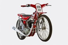 Honda XL350 Grass Tracker For those not versed in the differences between Flat Trackers and Grass Trackers, the major difference up until the 1970s was the inclusion of rear suspension on Grass Trackers due to the bumpy nature of English racing ovals.