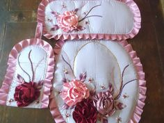 flores  en juego de baño Crafts To Do, Home Crafts, Arts And Crafts, Diy Crafts, Quilting Projects, Sewing Projects, Projects To Try, Pink Bathroom Accessories, Decoupage Box