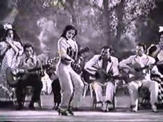 Carmen Amaya EEUU1944. El vestuario que aquí usa Carmen era exclusivo de los artistas masculinos. Ella cambió los códigos. Y la verdad es que no pierde un ápice de su feminidad.