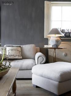 ter kleurinspiratie: lichte meubels donkere muur