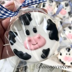 Cow goes Moo, so cute! Cow Birthday Parties, Farm Birthday, Animal Birthday, Cookie Party Favors, Cookie Cake Birthday, Cow Baby Showers, Farm Cookies, Iced Sugar Cookies, Baby Shower Cookies
