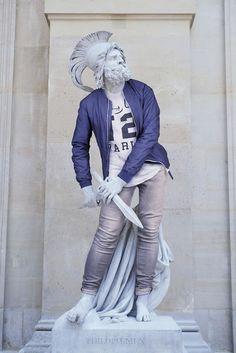 QUANDO O CLÁSSICO ENCONTRA O #HIPSTER #escultura #arte #fotografia #photo #hipsterinstone #louvre #museum