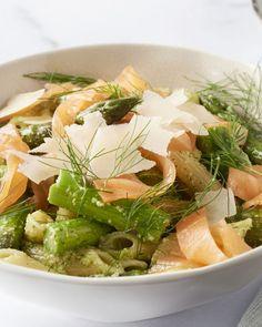 Een echte 'pasta primavera' met penne, groene asperges, gerookte zalm en een frisse dillepesto. Dit moet je proeven!