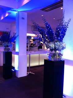 The Foyer Bar - flowers against the pillars