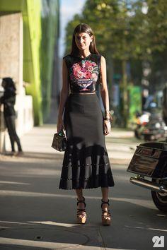 Que padre falda negra y la tshirt de flores....cool outfit