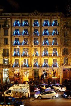 Llum BCN a la Fàbrica Moritz Barcelona. Barcelona Guide, Barcelona Spain, Lighting System, Lighting Design, Museum Branding, Barcelona Restaurants, Exterior Lighting, Architecture, Painting