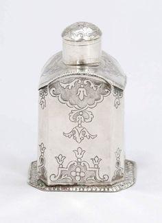 TeedoseAurich, um 1730. Silber. Punzen: Meistermarke, Stadtstempel. H. 11,5 cm. Gew.: 147 g. Rectang — Silber