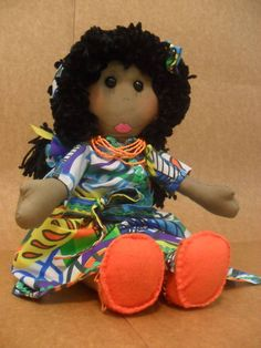 Doll with clothes representing the colorful Brazil. Accompanying necklace, bag, shoes and a cloth bag with matching doll clothes to carry and store.   Optionally can choose the color of the skin. Made of 100% cotton, hair in wool and felt shoes.   Clothes and accessories can be removed and replaced.