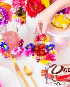 Well if you ever questioned my dedication to the #studiodiymoreismore tag allow me to prove you WRONG! Teamed up with DOVE Chocolate today for a flower power Mothers Day brunch!!! And if you think THIS is flower covered you gotta go see the rest! www.studiodiy.com ( by @jeffmindell) #ad by studiodiy