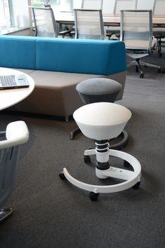 Lounge sedenie kombinované so zdravým sedením.