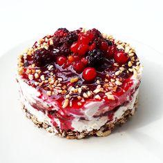 Ciao ragazzi, come state?😀 vi do il buongiorno con questa fit cheesecake (base di fiocchi di avena e cioccolato fondente con sopra quark magro, marmellata di prugne, granella di nocciole e frutti di bosco) 😋 oggi quarto e ultimo allenamento della settimana con gambe e glutei, non vedo l'ora 😎 e stasera aperericena con le amiche, buon inizio weekend 💃🙂 #breakfast#breakfastlover#fitfood#cheesecake#fitness#health#healthy#tasty#protein#gymfood#healthybreakfast_#healthychoices#fitlife#...