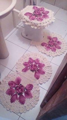 Jogo de banheiro harmonia. Crochet Tank Tops, Ruffle Scarf, Bathroom Rugs, Diy And Crafts, Decorative Boxes, Oxfords, Irene, Home Decor, Bathroom Crafts