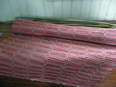 Tiedottamista ja akanpolku | UkkolanAkat Woven Rug, Weaving, Blanket, Carpets, Rag Rugs, Home Decor, Rug Weaves, Farmhouse Rugs, Knit Rug