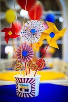 Balões bubble e Balões confete no Circo do Heitor. Consulte nos: contato@balaocultura.com.br Créditos: projeto @silviaroverieventos , locação: @popmobilelocacao , painel: @crissfestas, palhaços: @ideiaunica, rodagigante: @ellaartes, doces: @cmborges1, arranjos florais: @marciamesquitafestaseventos , chalkboard: @designnopapel, balões: @balaocultura, fotos: fraldinhafotografia #circo #bubble #balaocultura #balaodiferente #festadecirco Clown Party, Circus Carnival Party, Circus Theme Party, Carnival Birthday Parties, Circus Birthday, Casino Theme Parties, Birthday Party Decorations, Lollipop Birthday, Baby Boy 1st Birthday