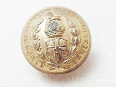 North Lancashire Regimentの制服のボタンとして使われていたユニフォームボタンです。