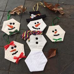 The quilt – workout routines incorporates a small scrub leading plus hide – took Pauline Quilted Christmas Ornaments, Fabric Ornaments, Handmade Ornaments, Christmas Art, Handmade Christmas, Christmas Decorations, Christmas Sewing Projects, Christmas Quilt Patterns, Snowman Crafts