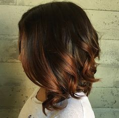 Vous galérez pour choisir la bonne coupe et vous hésitez avant de mettre une couleur sur vos cheveux ?! C'est fini avec tout cela, nous vous offrons une nouvelle collection de coupes courtes avec des couleurs sublimes tendance été 2016. Ne perdez pas votre temps à chercher quelle coupe porter…
