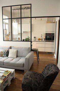 Separador que es a su vez una ventana interior. Este divisor de cristal separa sala de cocina dejando que las dos áreas se fusionen pero discretamente sin tocar la sensación de luz y amplitud.
