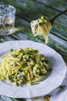 La mia ricetta per la pasta con zucchine, limone e menta: un primo piatto cremoso e rinfrescante, ideale per la primavera e il ritorno della stagione calda!