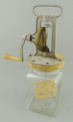 Butterschleuder Glasbehälter mit Holzdeckel und Kurbelmechanismus, um 1900, H.38cm, Funktion ok — Varia