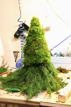 En sån här charmig tomte står numera på min al… Dress Form Christmas Tree, Christmas Gnome, Diy Christmas Tree, Christmas Makes, Outdoor Christmas Decorations, Simple Christmas, Christmas Wreaths, Christmas Ornaments, Holiday Decor