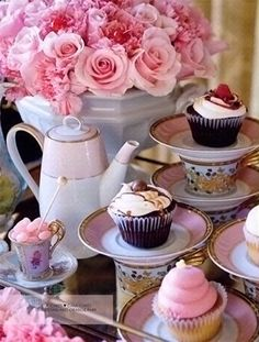 stacking tea cups with yummy cupcakes Afternoon Tea Parties, High Tea Parties, Rose Tea, My Cup Of Tea, Sweet Tea, Strawberry Shortcake, Vintage Tea, Tea Time, Coffee Time