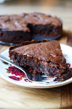 glutenvrije chocoladetaart zonder geraffineerde suikerWat heb je nodig?  Een kleine springvorm (ca. 12 cm)  Voor de bodem  150 gram glutenvrije koekjes 60 gram roomboter (of kokosolie) Voor de chocoladelaag  80 gram pure chocolade (bijv. Vivani 92% cacao) 60 gram kokosbloesemsuiker 60 gram roomboter 80 gram amandelmeel 1 theelepel vanille extract 2 eieren (eiwit en eigeel gescheiden) 100 gram diepvriesframbozen Healthy Pie Recipes, Healthy Cake, Healthy Baking, Healthy Desserts, Sweet Recipes, Delicious Desserts, Cake Recipes, Yummy Food, Healthy Recepies