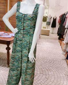 O macacão tipo pantalona compõem looks ultras modernos. Poucas peças do vestuário conseguem a façanha de reunir elegância e conforto em um tecido só. - #refashionbr #shoppingrecife #sustentabilidade #details #nordeste #urbano #design #ootd #fashion #moda #Brazil #Recife #mono #shoponline by refashionbr http://ift.tt/1XrOnzZ