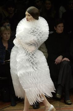 slightly frumpy, somewhat feminist, shoulderblades: junya watanabe comme des garçons. 3d Fashion, Fashion Mode, Fashion Details, Runway Fashion, High Fashion, Fashion Show, Fashion Design, Paper Fashion, Fashion Outfits