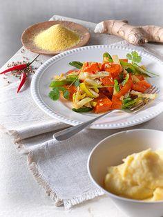 Schmorgemüse mit Polenta I © GUSTO / Ulrike Köb I www.gusto.at Thai Red Curry, Vegan, Chicken, Ethnic Recipes, Food, Fried Vegetables, Fresh Coriander, Creamy Polenta, Rice Cereal