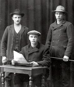 A. 43 Björkedalen * - Soldattorp, Skaraborgs Reg Nr 315   Erik till vänster med kompisar från tiden före bröllopet med Anna på en bild från ca 1910. Ljungstorps skiften