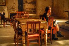 """Come da suggerimento: """"ma quando lo portano il vino?!"""" #girl #tavolo #luce #attesa #waiting #night #table #ragazza #notte #milano #italia #italy #igers #igersoftheday #instaitalia #instgrammers"""