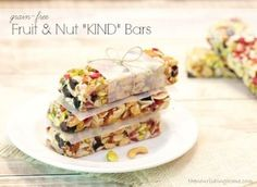 Fruit and Nut grain free bars: Inspired by my affinity for KIND Fruit & Nut Bars, this honey-sweetened, grain-free version is far less expensive to make than purchasing its namesake. And even better, you can customize the re. Korn, Real Food Recipes, Snack Recipes, Health Recipes, Breakfast Recipes, Fruit And Nut Bars, Kind Bars, Boite A Lunch, Healthy Afternoon Snacks