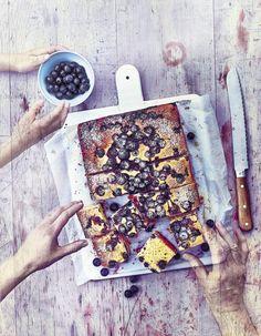 """Découvrez la préparation de la recette """"Pain de maïs aux myrtilles"""" : Préchauffez le four sur th. 6/180°.Beurrez un moule rectangulaire de 20 x 22 cm environ.Faites fondre le beurre sur feu doux, puis laissez-le refroidir.Mélangez le beurre fondu, le lait ribot et l'œuf.Ajoutez la polenta, la... Polenta, A Table, Afternoon Snacks, Cheesecakes, Chutney, Ricotta, Tea Time, Make It Simple, Blueberry"""