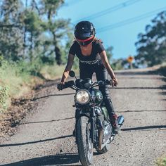 Blue skies and dirt roads ☀️ #ride #summer #caferacer #offroading #triumph #thruxton #gettingdirty #motodoll #womenwhoride