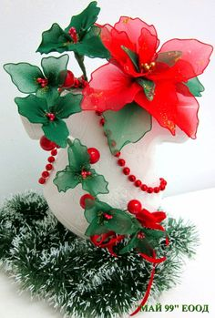 Ótima ideia para o Natal Christmas Flowers, Christmas Cross, Christmas Diy, Christmas Wreaths, Christmas Decorations, Christmas Ornaments, Nylon Flowers, Organza Flowers, Diy Flowers