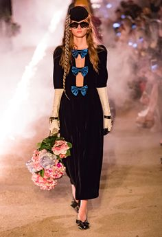 Fashion Week Milan Resort 2019 look 41 from the Gucci collection womenswear Gucci Fashion, Vogue Fashion, Runway Fashion, Fashion Brands, Womens Fashion, Fashion Weeks, Italian Fashion Designers, Fashion Show Collection, Vogue Paris