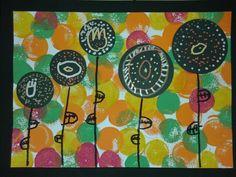 Tapa àlbum primavera Eatampació amb esponjes de colors. A damunt redons negres amb decoració de rotuladors per pintar tela (queden molt mes vistosos).