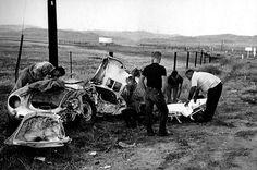 1955. James Dean halálos balesete után az összetört Porsche 550 mellett az akkor már halott színésszel együtt utazott Rolf Wütherich-et teszik hordágyra a mentők.