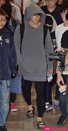[Picture/Media] BTS at Gimpo Airport Heading to Japan Jungkook Oppa, Taehyung, Suho, Bts Airport, Airport Style, Airport Fashion, Jung Kook, Vogue Magazine Covers, Billboard Music Awards