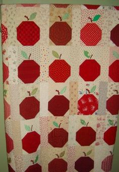 Apples quilt fredashive.blogspot.com  This apple quilt would be such a nice one for a teacher.