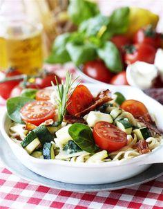 Pasta med bacon, courgetter og spinat