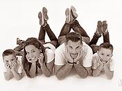 Coffret cadeau et portrait de famille en cadeau. Studio photo pour shooting et seance photo femme à Paris, Herblay, Puteaux, Ivry sur Seine, Reims.