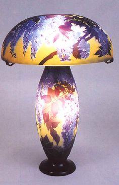 Ecole de Nancy. Lampe de table à la Glycine 1900, hauteur 78 cm.  © Musée de l'Ecole de Nancy