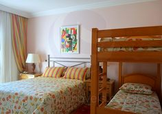 Quatro suítes com temáticas coloridas e enxovais coordenados oferecem relaxamento aos moradores e seus convidados.