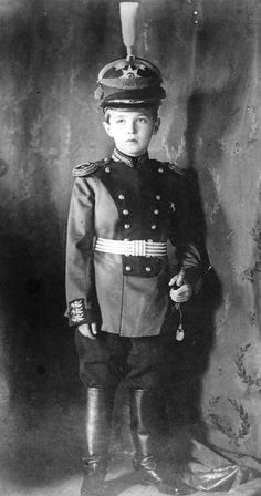 Tsarevich Alexei Nikolaevich usando uniforme militar em 1911.♥ Cute