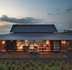 Traditional Surf Beach House Design by Olson Kundig Architects - Modern House Furnitures Le Ranch, Haus Am See, Dream Beach Houses, Hawaii Homes, Merida, Future House, Architecture Design, Tropical Architecture, Residential Architecture