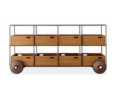 Lançado em 2014, o móvel é a mais recente peça da família Teca, criação do designer Jader Almeida. Este móvel auxiliar tem estrutura delgada em aço, com rodas e gavetas soltas em madeira e está disponível em diversas opções de acabamento.