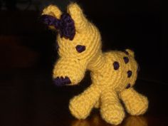 Giraffa gialla realizzata all'uncinetto