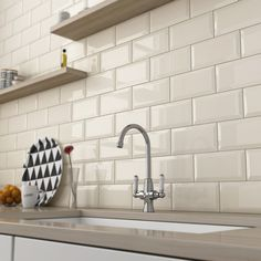 Cocina con banco de Silestone y pared revestida en azulejo metro biselado 10x20 beige